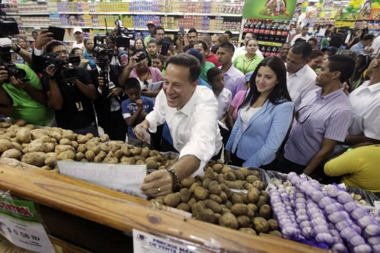 El presidente de Panamá, Juan Carlos Varela, sonríe mientras revisa productos durante un recorrido por supermercados y mercados populares en Panamá, en esta foto de archivo del pasado 7 de julio de 2014.
