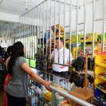 """El presidente ejecutivo de Banco Agrícola, Rafael Barraza, habla con clientes de un negocio donde funciona un """"corresponsal financiero"""". Foto EDH/ Omar Carbonero."""