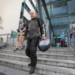 Trabajadores salen de las instalaciones de Microsoft, en la ciudad de Oulu, este día, cuando la compañía anunció que reducirá el 14% de su fuerza laboral.
