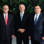 El presidente de Banco Azul, Carlos E. Araujo (centro), posa junto al vicepresidente, Alfredo Pacas (izq.), y el director ejecutivo, Armando Rodríguez.