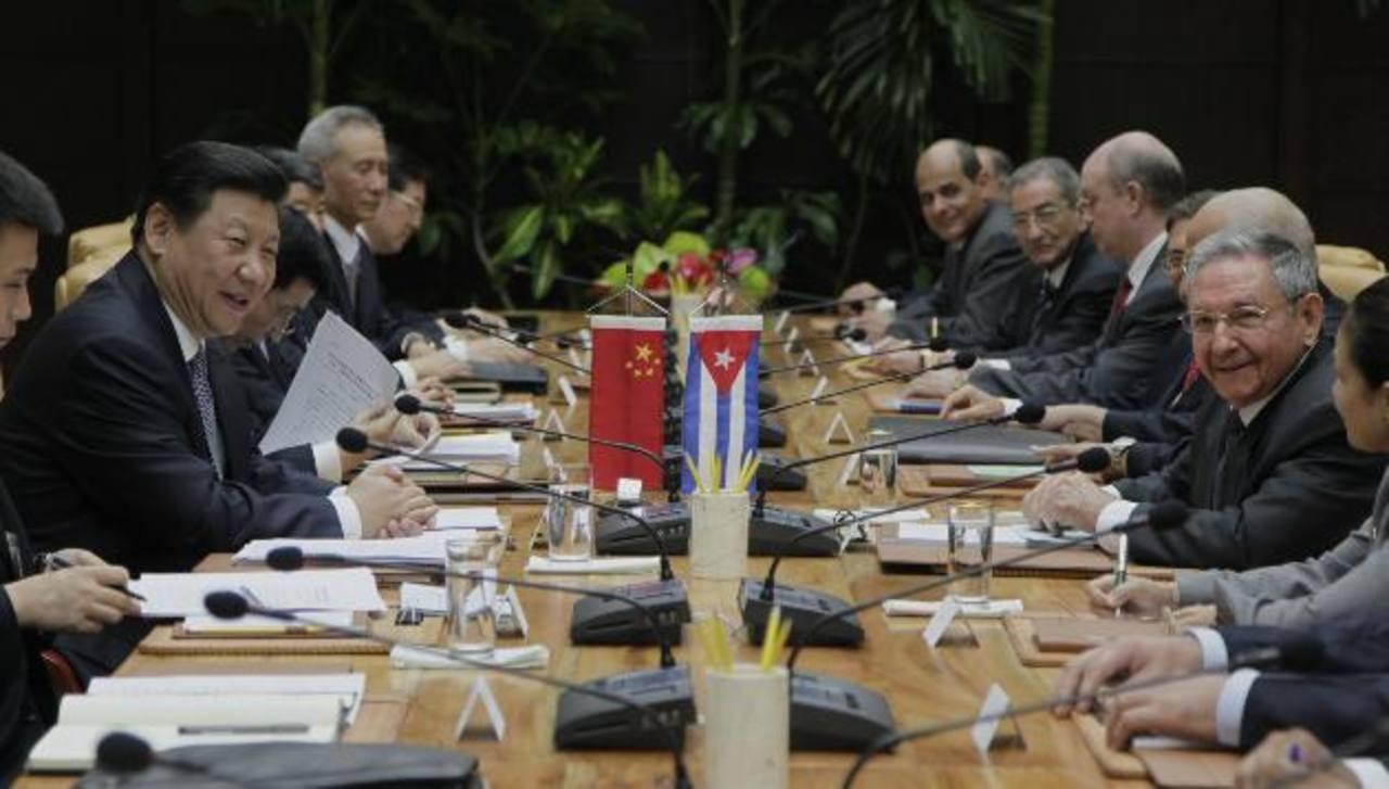 El presidente de China, Xi Jinping (Izq.), y el de Cuba, Raúl Castro (Der.) sostienen una reunión en La Habana, a la que también asistieron representantes de ambos gobiernos.