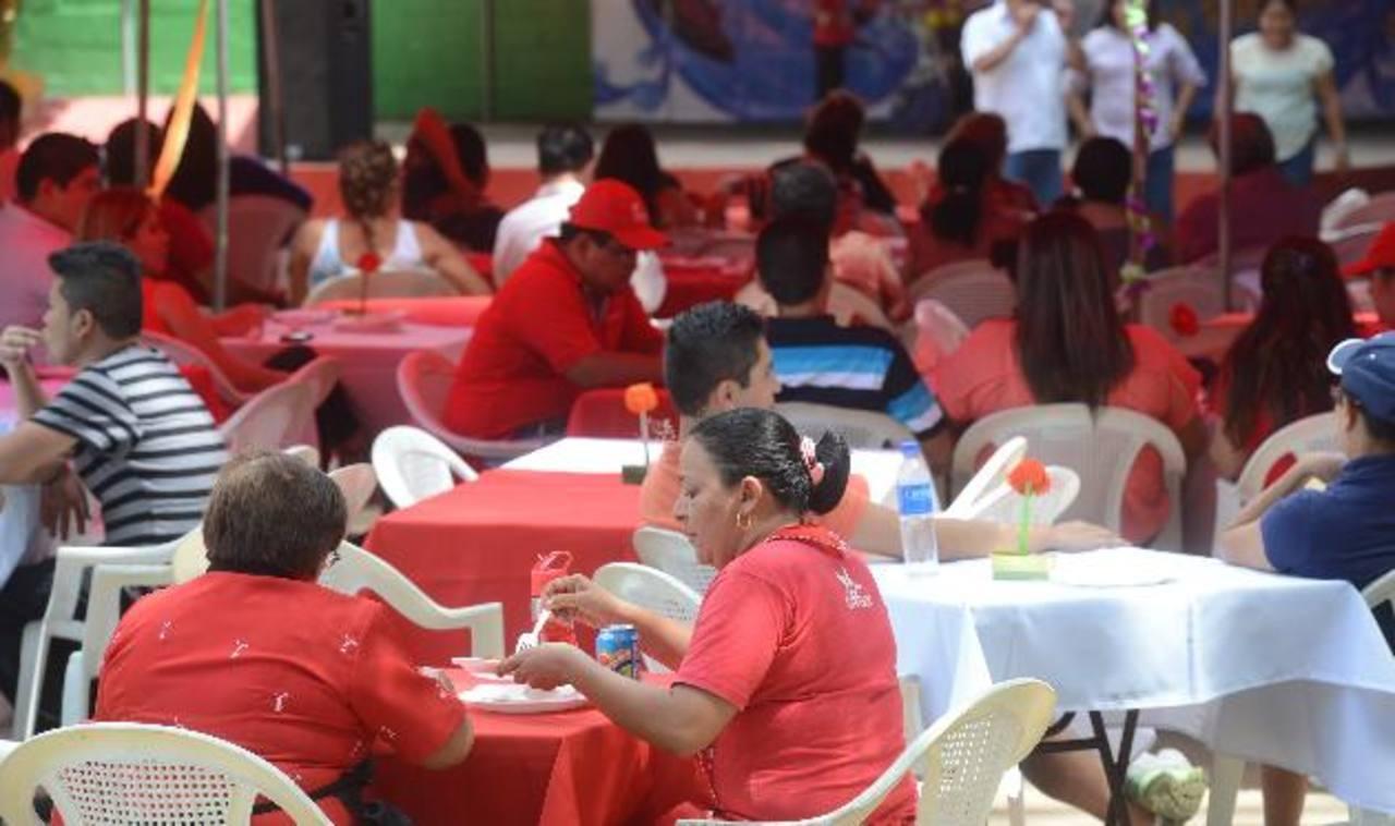 Militantes del FMLN de la Libertad se reunieron en el parque acuático El Cafetalón de Santa Tecla. foto edh / Douglas urquilla