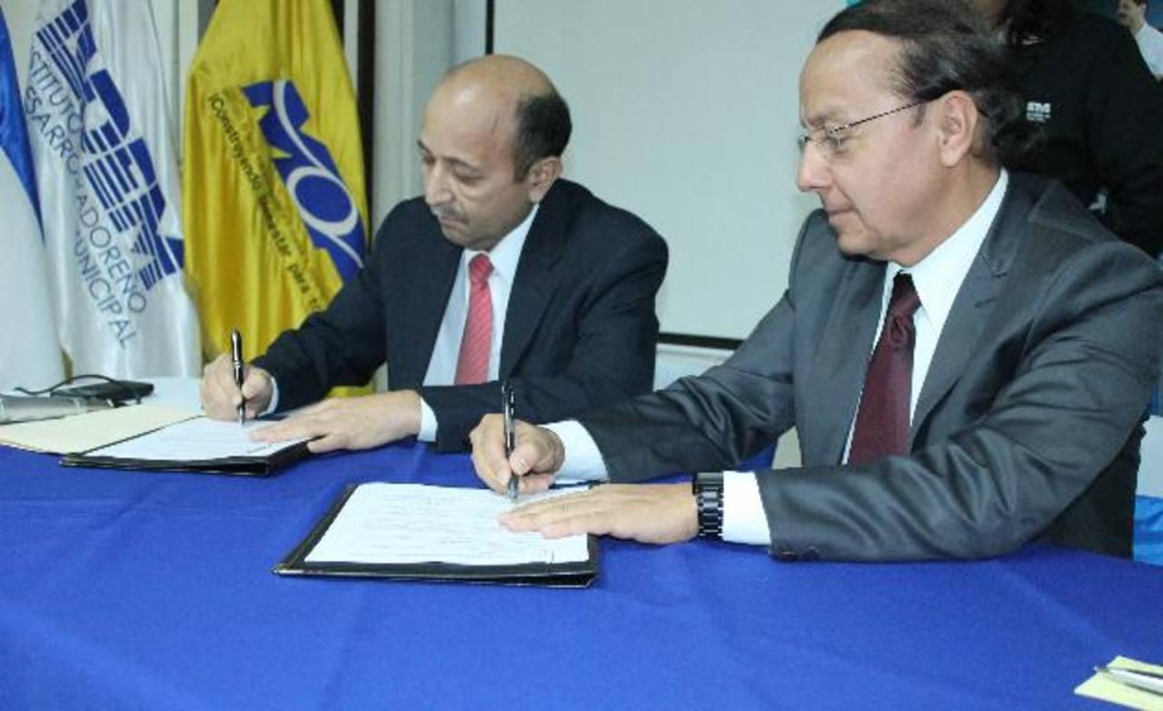 Presidente de ISDEM y alcalde de Comacarán, Enris Arias, y Gerson Martínez, ministro del MOP, firman el acuerdo.