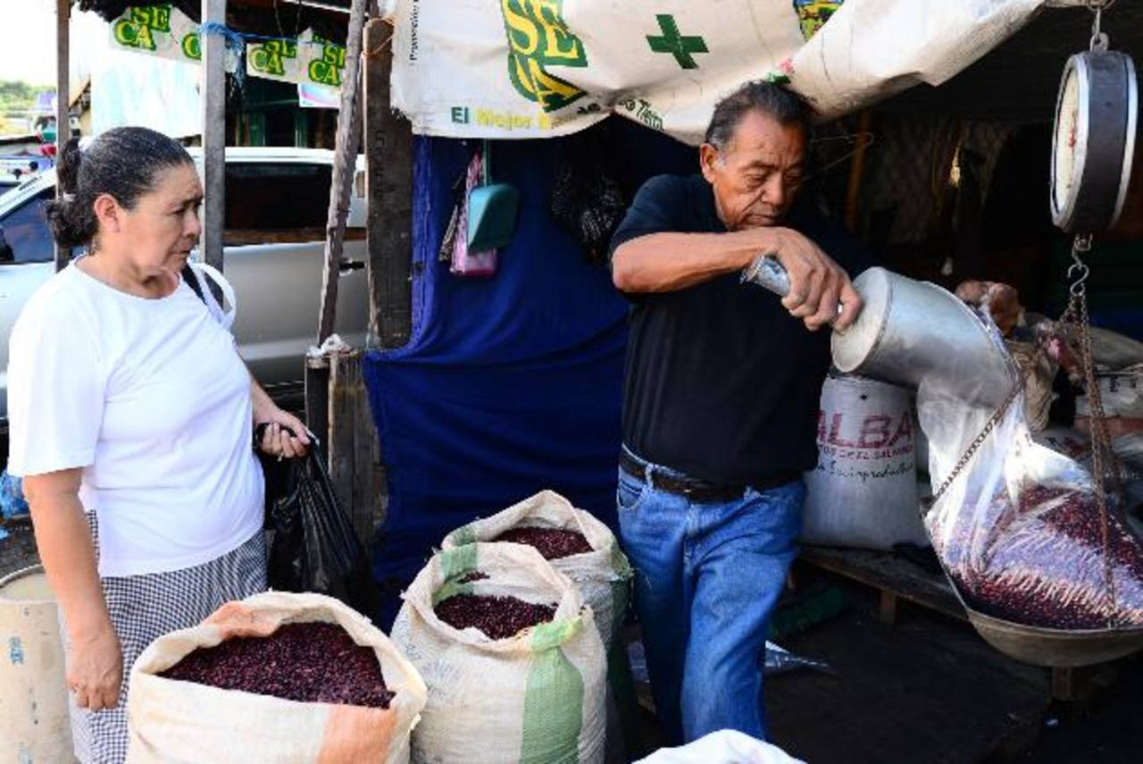 Los precios del frijol se han más que triplicado en los centros de abastos. El gobierno lo achaca a un supuesto acaparamiento del grano por parte de los distribuidores. FOTO EDH / OMAR CARBONERO