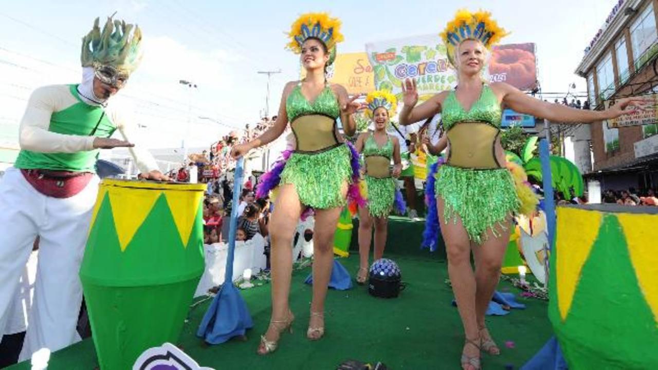 Al ritmo de la samba, los santanecos disfrutaron de las 150 carrozas que formaron el desfile que marca el comienzo de la fiesta en honor a Señora Santa Ana. Foto EDH / Claudia Castillo