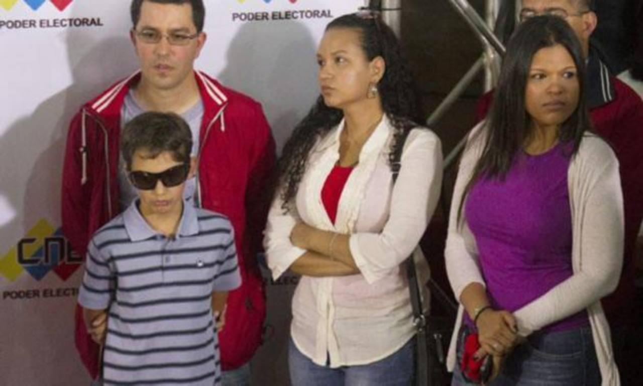 De izq. a der.: el vicepresidente de Venezuela, Jorge Arreaza, su esposa, Rosa Virginia Chávez, y su cuñada y María Gabriela durante una rueda de prensa en la que apoyaron al gobernante Nicolás Maduro. foto edh / tomada de larepublica.pe