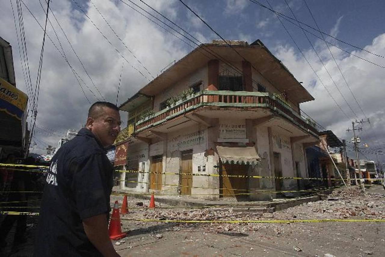 Un policía vigila el perímetro de un edificio dañado por el terremoto en la ciudad de Huixtla, en Chiapas.