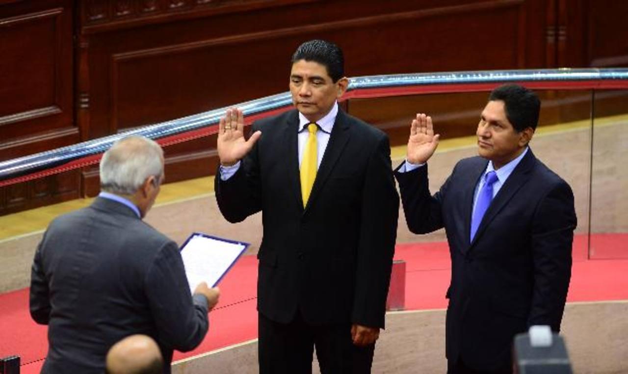 Raúl Antonio López y Marco Antonio Grande son juramentados por el titular de la Asamblea, como primer y segundo magistrados de la CCR. foto edh / jorge reyes