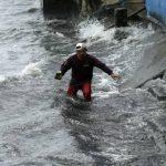 Un filipino cruza una zona inundada en Navotas, este de Manila.