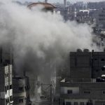 La columna de humo que se elevó en unos de los edificios dañados por un ataque israelí en Gaza.