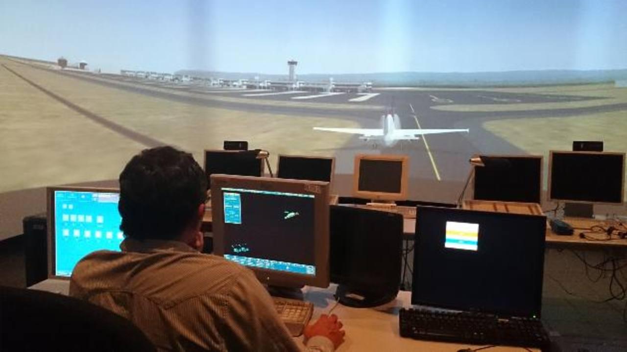Los reguladores del tráfico aéreo han señalado que se necesita más personal técnico. Foto EDH