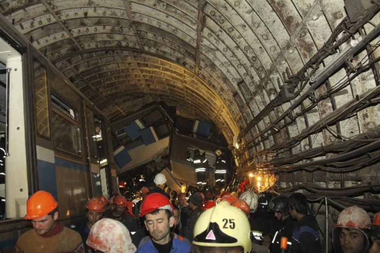 Varios vagones del metro quedaron uno sobre otro, luego del impacto en la estación Parque Pobedy. foto EDH / efe