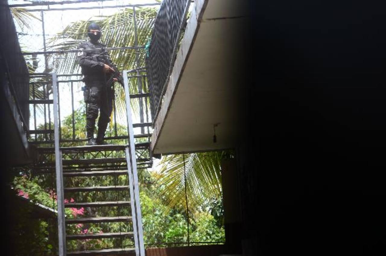 Policía vigila los apartamentos Cristo Negro, en Mejicanos, que familias abandonaron por amenazas. Foto EDH / ERICKA CHÁVEZ.