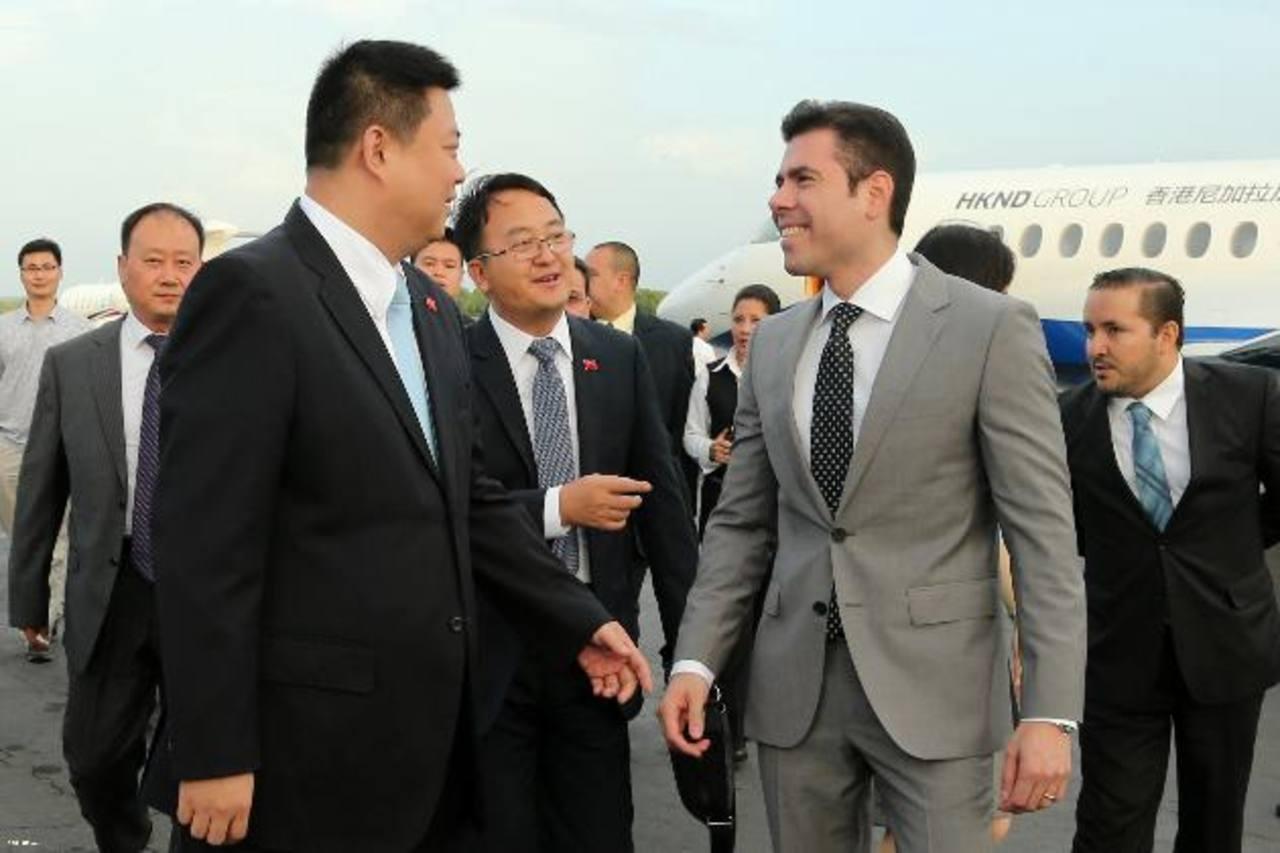 El empresario Wang Jing (izq.), dueño de HKND Group, arribó a Nicaragua para presentar plan.