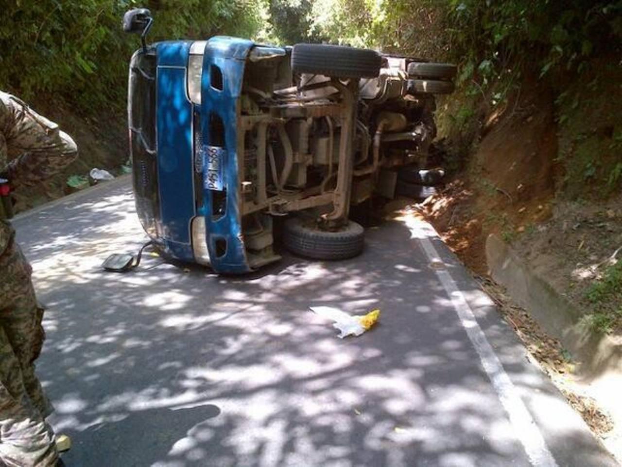 Vuelco de vehículo dejó 11 personas lesionadas ayer por la tarde en carretera a Comasagua. Foto EDH / Cortesía: @S1Recino
