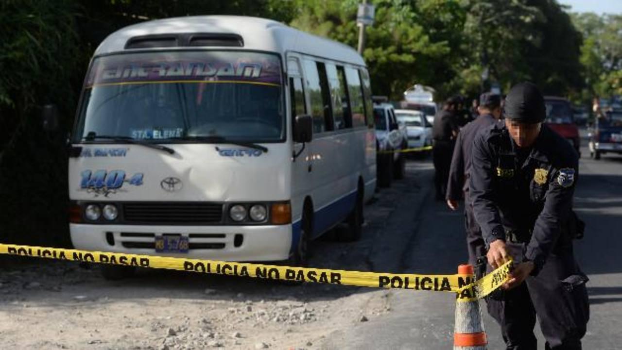 El cobrador de la ruta 140, Franklin Rivera Amaya, de 24 años, fue atacado ayer en Ilopango. Foto EDH / Jaime Anaya.