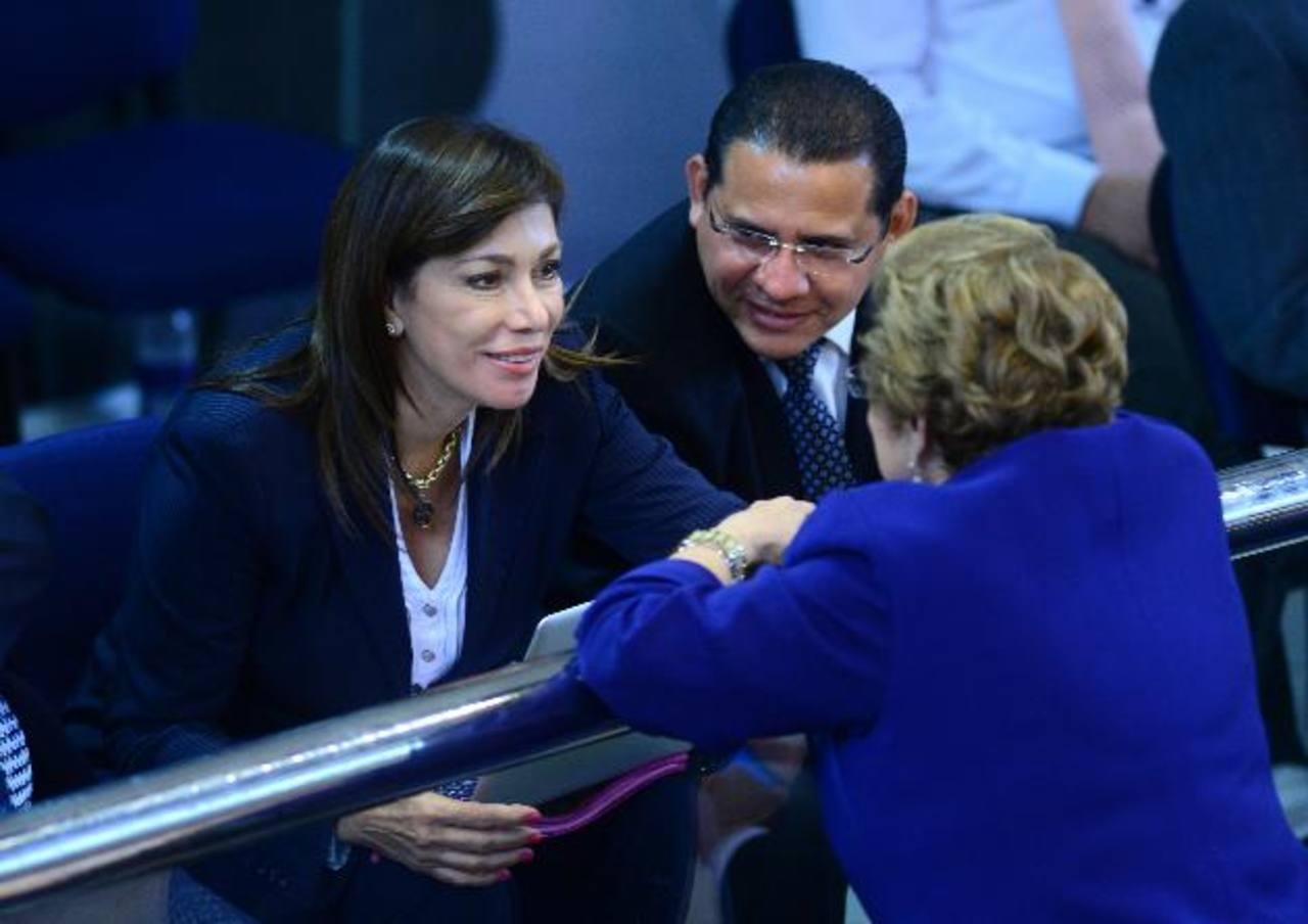 Ana Vilma de Escobar conversa con su colega Carmen Elena de Escalón durante la sesión plenaria. foto edh / jorge reyes