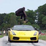 Vídeo: Salta sobre un Lamborghini que corría a 130 km/h