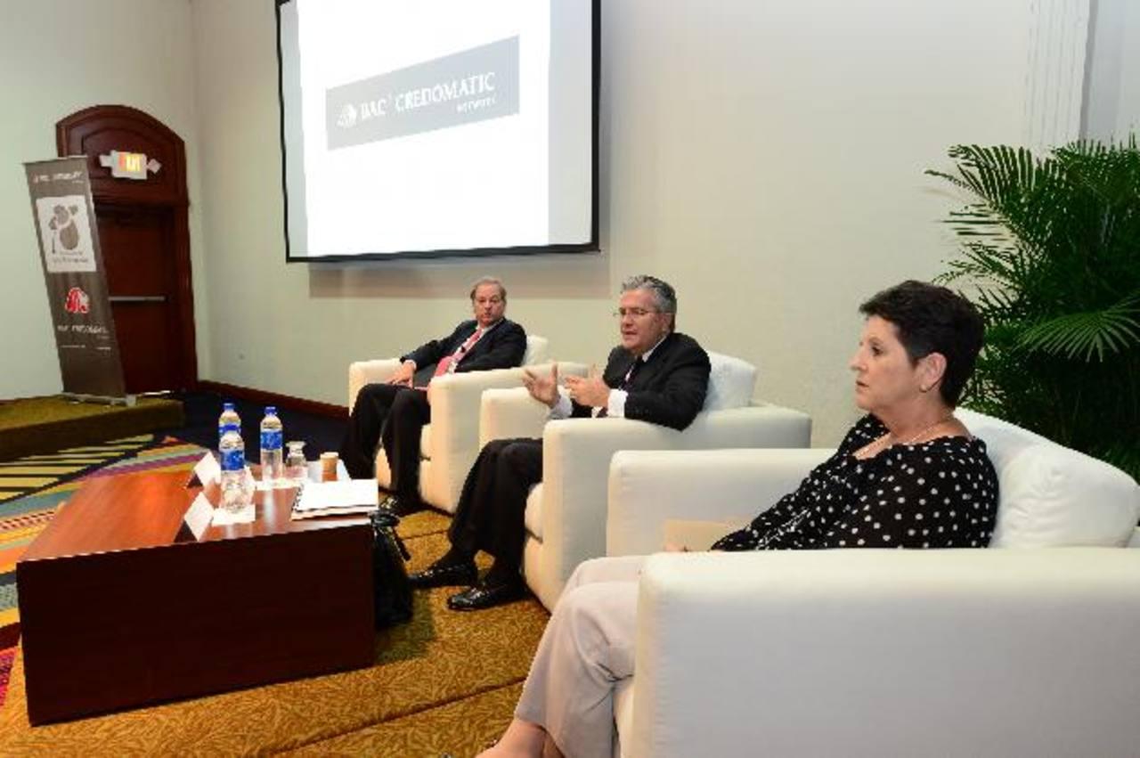 Raúl Cardenal, Ernesto Castegnaro y Roxana Víquez explicaron la estrategia de Responsabilidad Social Corporativa del BAC-Credomatic. foto edh / JORGE reYES