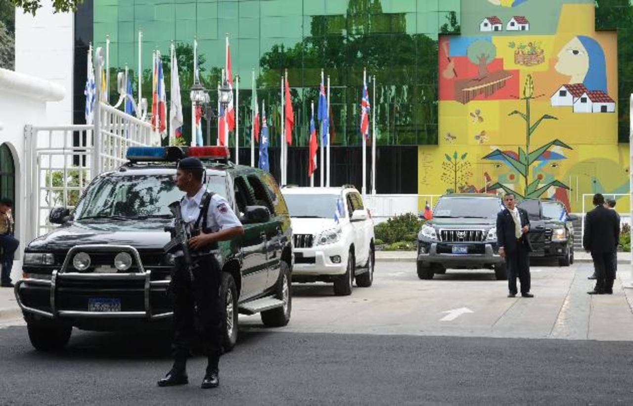 Se desplegó un fuerte dispositivo de seguridad afuera del SICA y no hubo acceso a la prensa. Foto EDH / mauricio cáceresAutoridades diplomáticas de Taiwán y de El Salvador acompañan al presidente Ma Ying-jeou y a la secretaria general del SICA, Victo