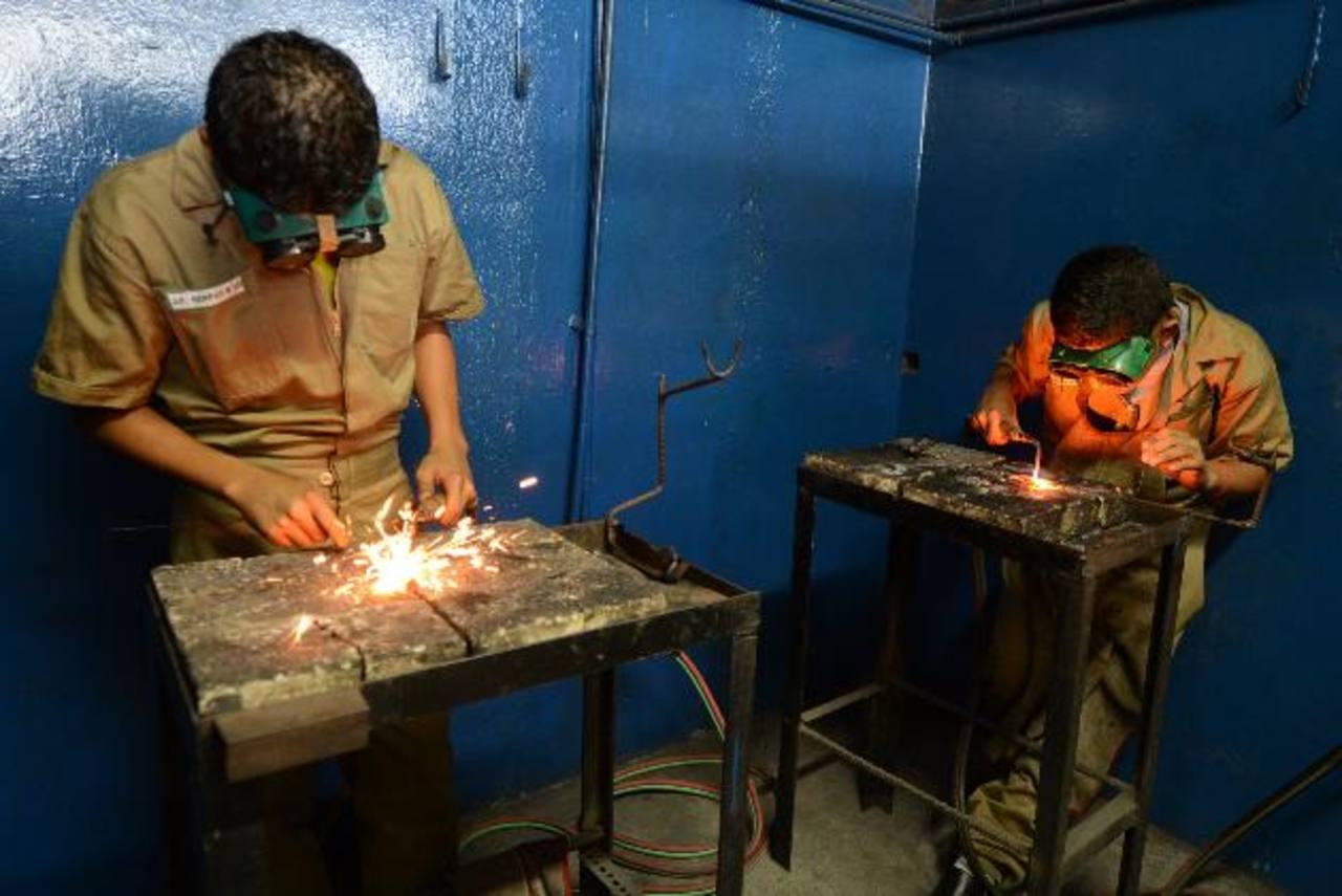 Las clases prácticas en los institutos, como el caso del INTI, se han reducido por la falta de materiales. foto EDH / ARCHIVO