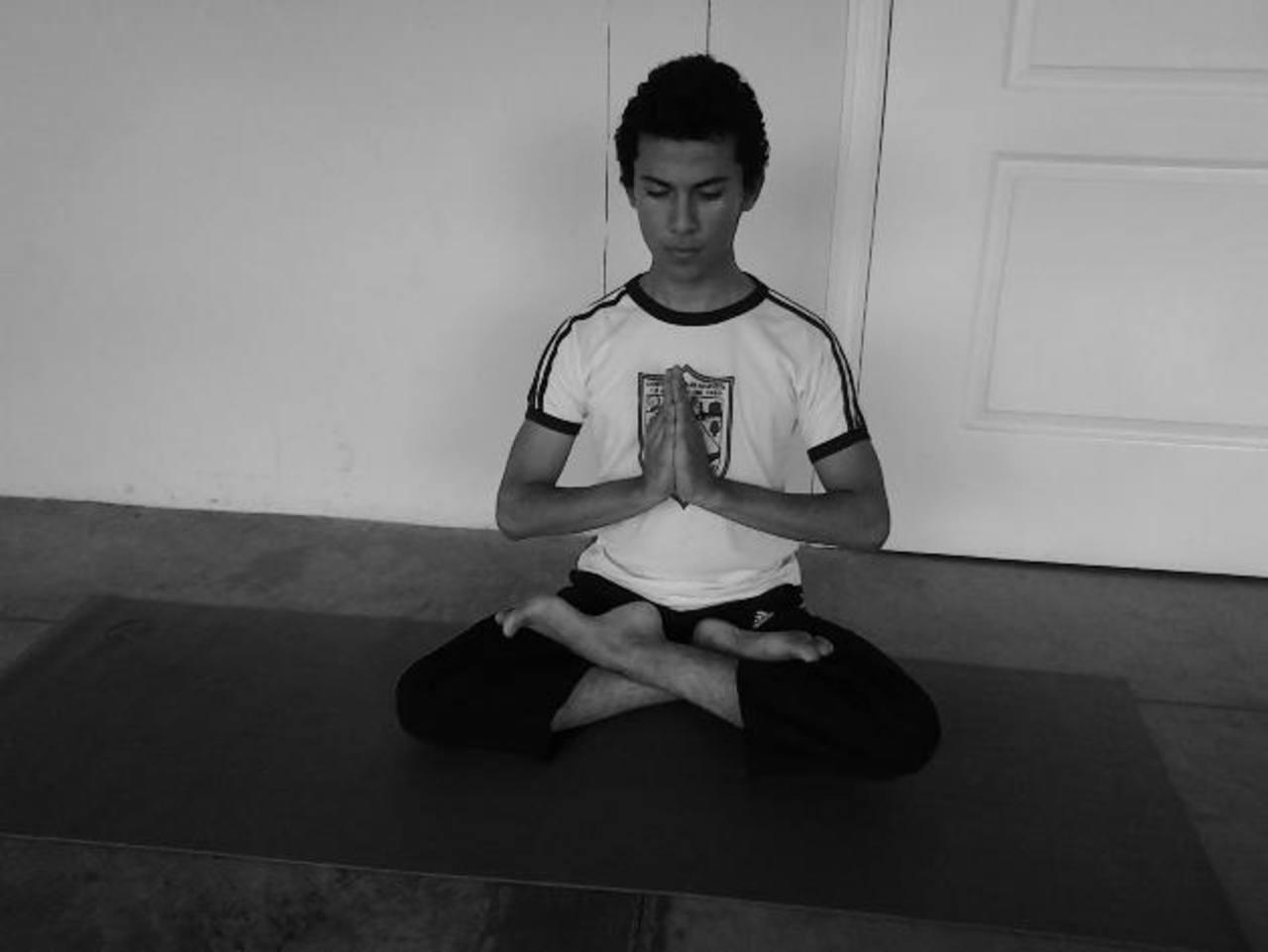 Jonathan asegura que el yoga mejoró su concentración, entre otros beneficios. Foto cortesía Jonathan BeltránFoto cortesía arturo heymans