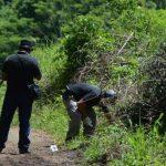 Investigadores de la Policía buscan evidencias en la escena donde fue asesinado Fernando Mira. Fotos EDH / jaime anaya