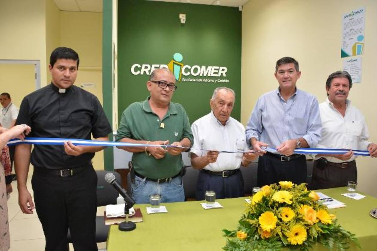 Representantes de la empresa y comunidad, durante la inauguración de la nueva sucursal.