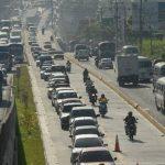 Para entrar a la capital, algunos motociclistas y automovilistas usan el carril contrario, donde viajan en contrasentido. Foto EDH
