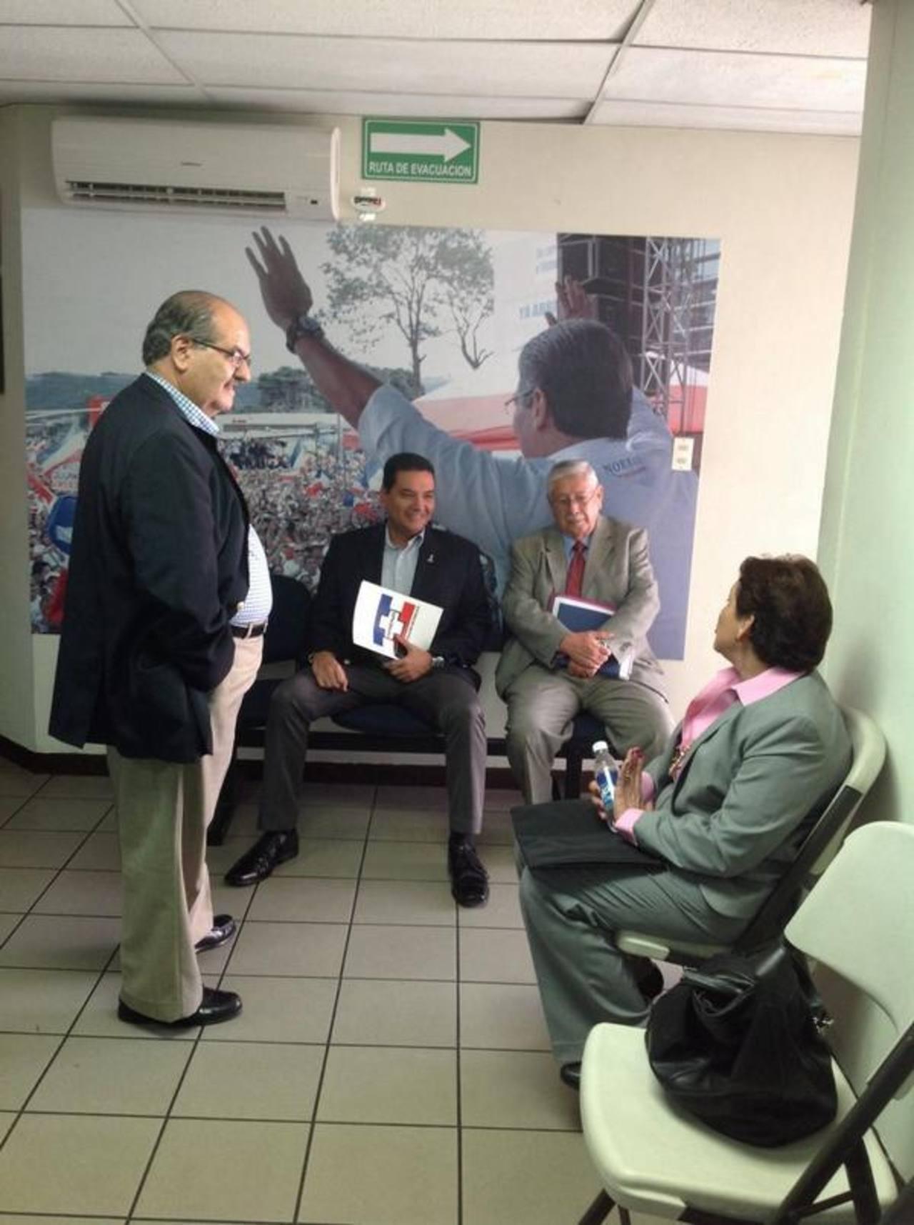 El exministro de Defensa, Humberto Corado (izquierda) platica con otros tres aspirantes a diputaciones por San Salvador.