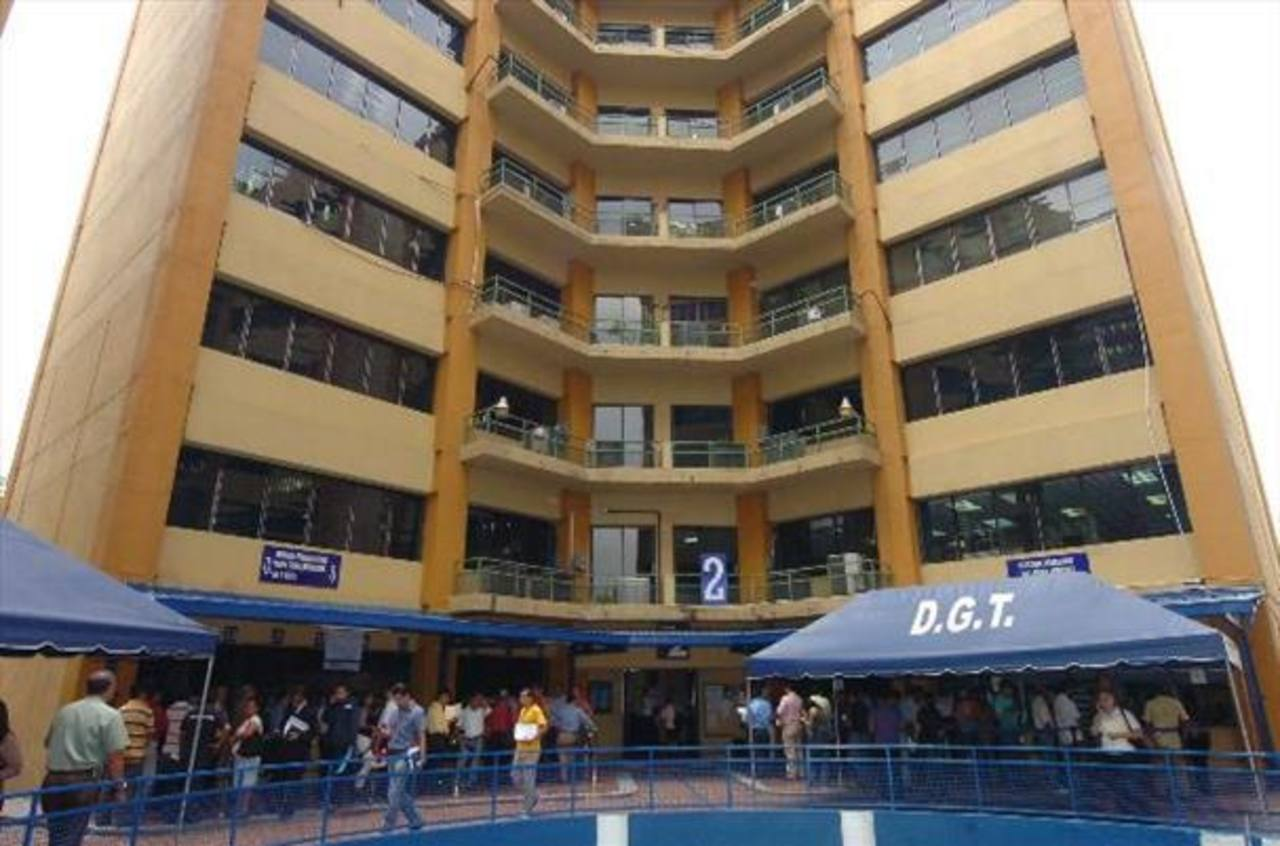 FMLN y ARENA siguen enfrentados por reforma fiscal