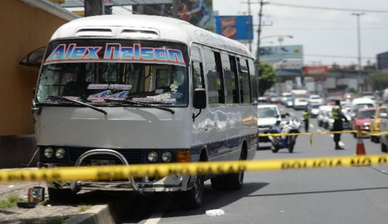 El ataque contra el conductor se registró sobre la 49a. Avenida Sur, en las cercanías del monumento Hermano Bienvenido a Casa, horas después murió en el Rosales. Fotos EDH / Marvin Recinos