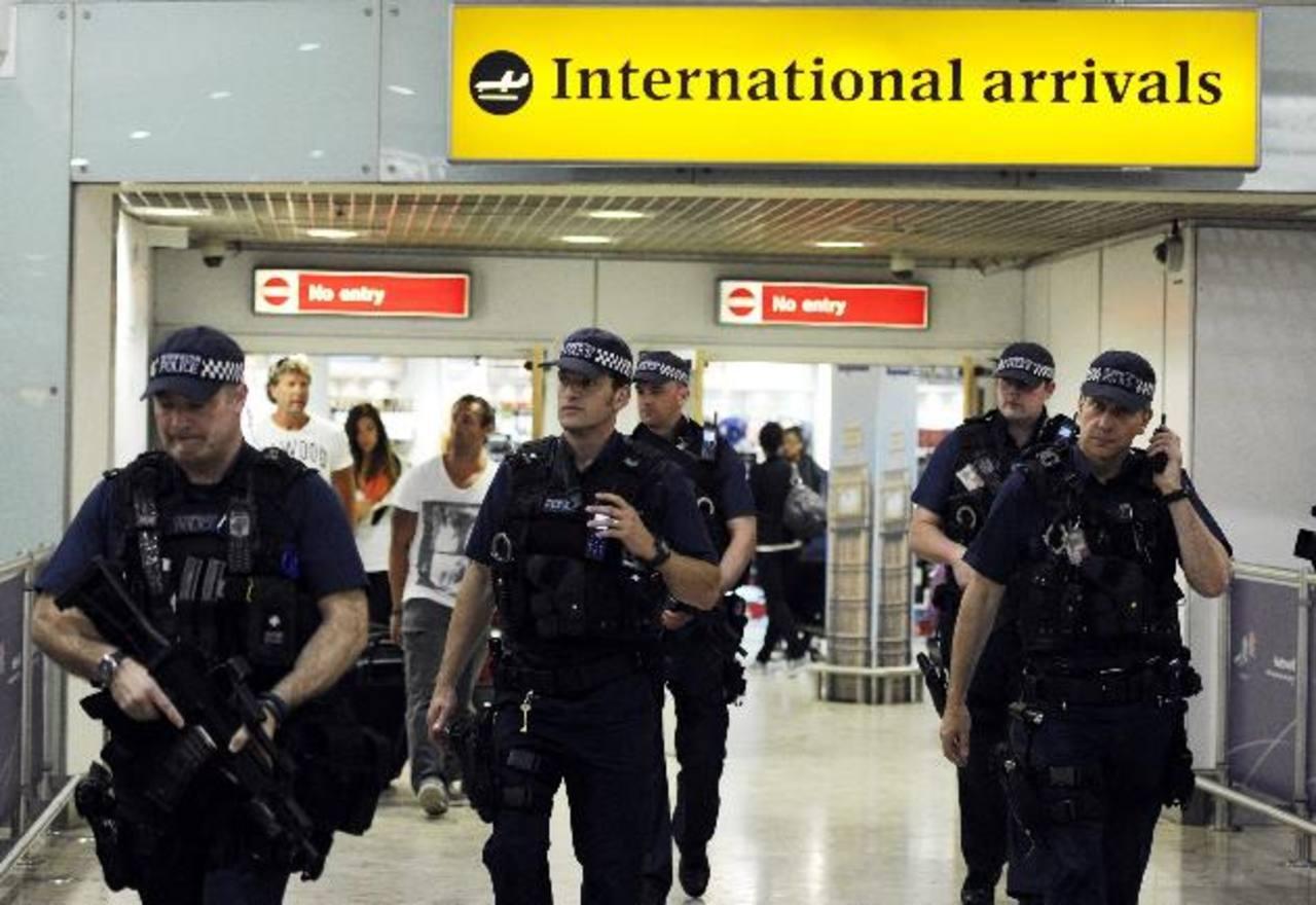 Policías patrullando en el aeropuerto de Heathrow en Londres.