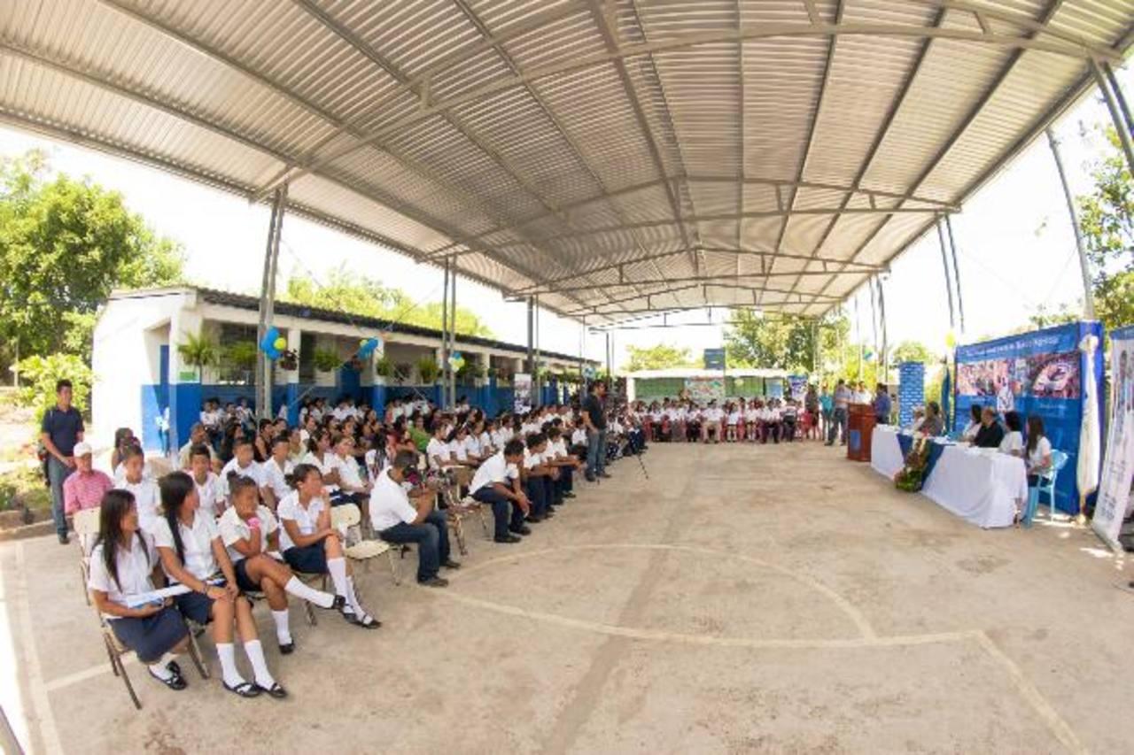 Banco Agrícola ha financiado mejoras en infraestructura y áreas recreativas de muchas escuelas. Foto EDH/ cortesía