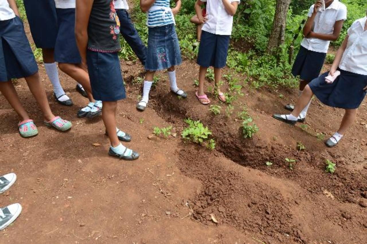 Estudiantes del centro escolar caserío San José, en San Julián, Sonsonate, observan el lugar donde fue ultimado Joel Mejía, de 19 años. Foto EDH / Mauricio Cáceres