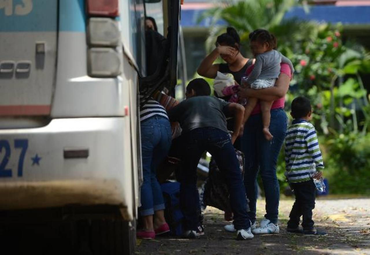 Entre los repatriados, no es raro ver mujeres con bebés en brazos. Foto EDH / Jaime Anaya