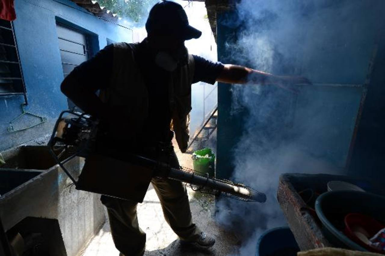Ayer, las autoridades iniciaron las jornadas de eliminación del zancudo en escuelas. Hoy, lo harán en las casas . foto edh / M. CÁCERES