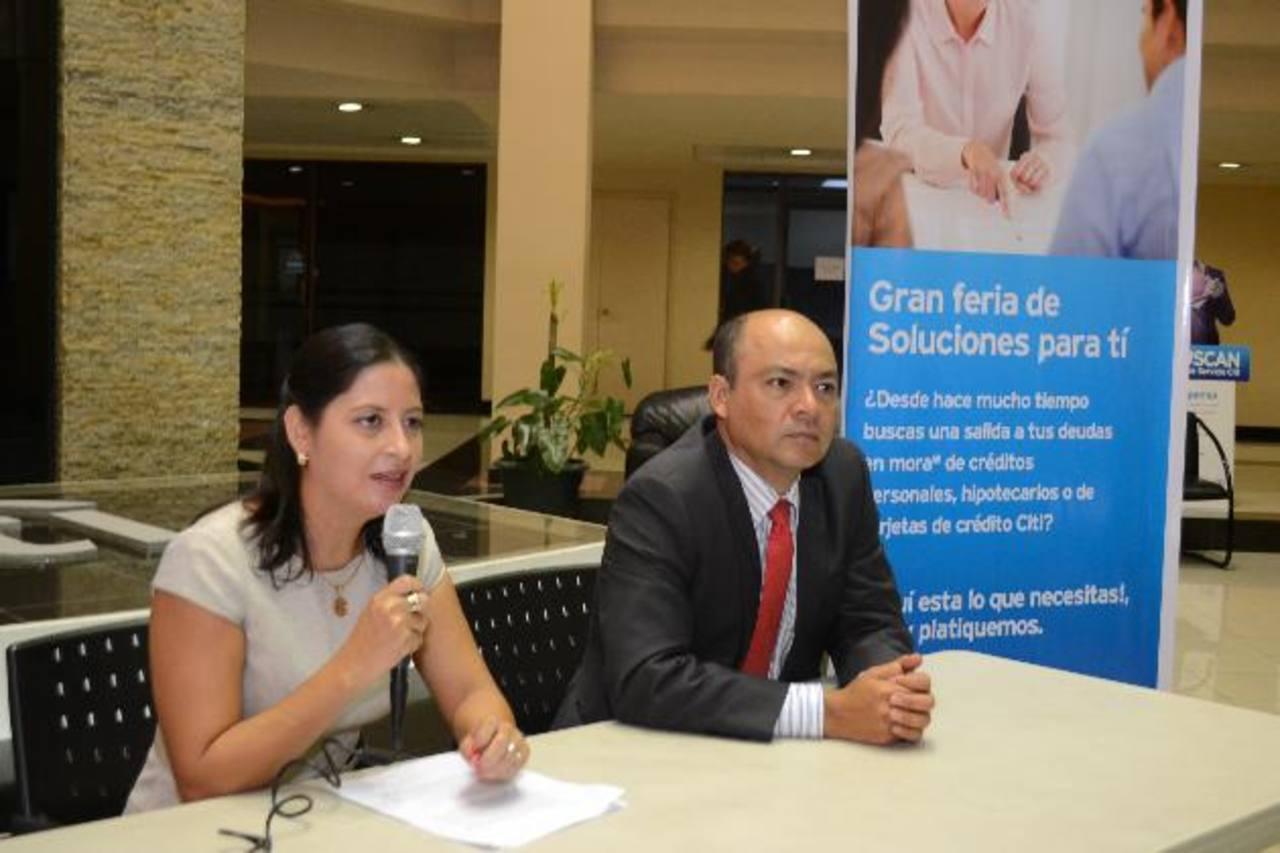 Marlon Jerez y Luciana Lainez de Citi, hablaron de la actividad. Foto EDH / David Rezzio
