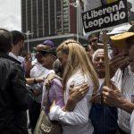 Lilian Tintori (c), esposa del líder opositor Leopoldo López, saluda a un grupo de personas que se manifiesta, previo al principio del juicio del líder venezolano. foto edh / efe