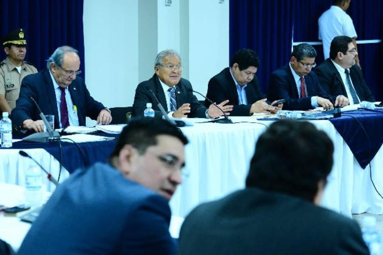 Partidos políticos y empresarios se reunieron ayer con el Gobierno en Casa Presidencial. foto edh / Omar Carbonero
