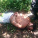El sospechoso capturado tras el enfrentamiento con policías.