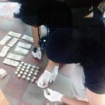 Agentes de la UMO de la Policía cuentan el dinero encontrado ayer en el penal de Chalatenango. Foto EDH / CORTESÍA Penales