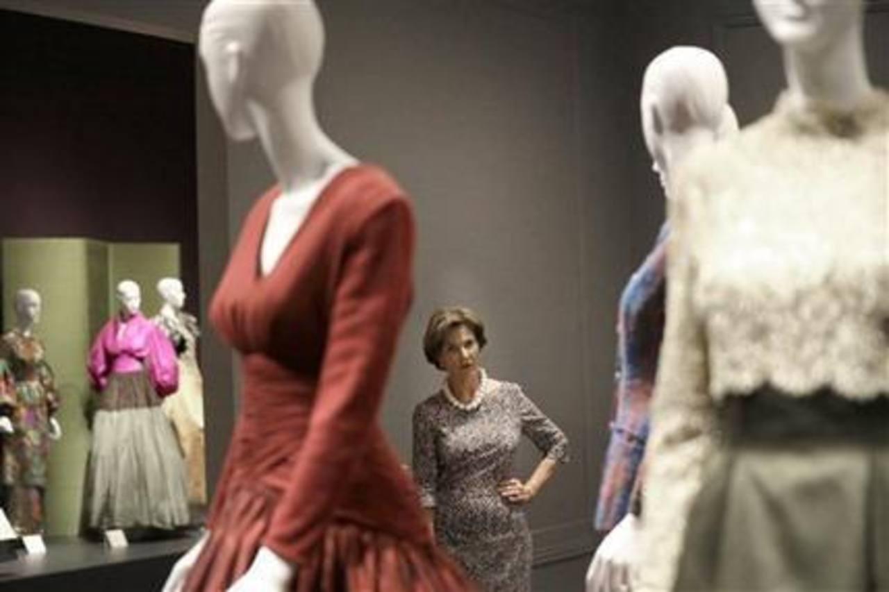 La exprimera dama, Laura Bush, contempla los vestidos de la exposición retrospectiva del diseñador Óscar de la Renta. Foto EDH/ ap