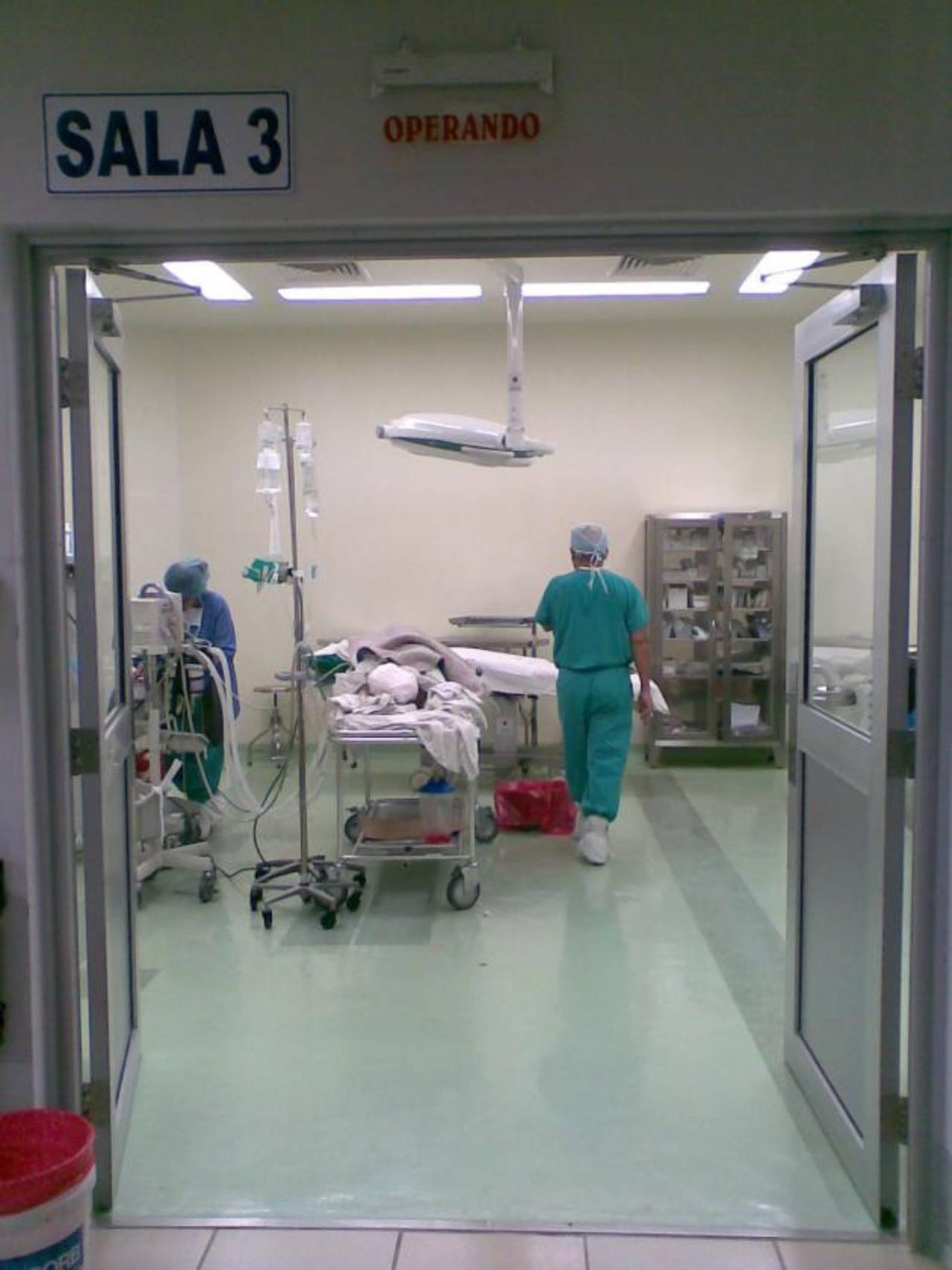 Un paciente permanece en una sala de cirugía del hospital Rosales, principal centro de referencia del país. Foto EDH / archivoCarta enviada por el jefe de cirugía del hospital, doctor Melvin Guardado Ramos, al director del centro, Mauricio Ventura. F