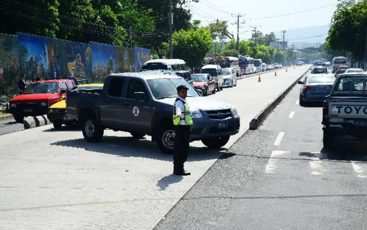 A eso de las 3:00 p.m. habilitaron los carriles segregados y no a la 1:00 p.m. como lo había dispuesto el Viceministerio de Transporte. Fotos EDH / César avilés