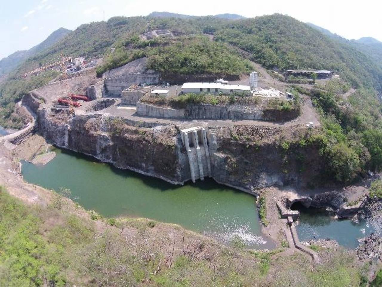 Vista general de la construcción abandonada de la presa El Chaparral, que tendría que estar generando 67 MW de energía.