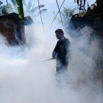 Miembros de Comandos de Salvamento y personal de Salud fumigan en colonias de Aguilares.