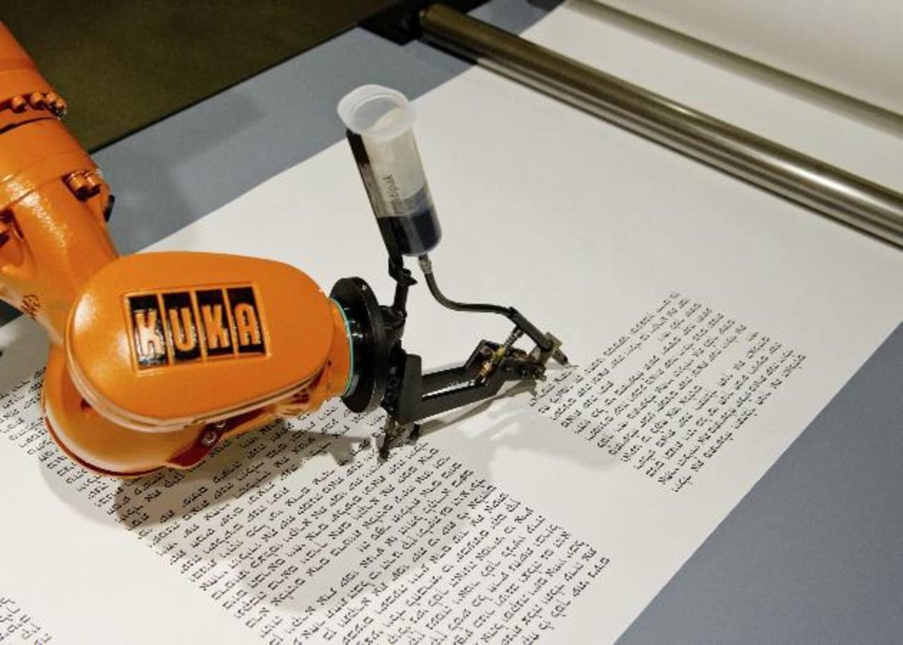 Un robot escribe un pasaje de la Torá en el Museo Judío de Berlín, Alemania.