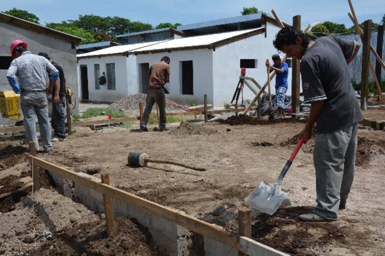 Los involucrados estiman que las viviendas estarán listas para ser habitadas a finales del presente año. Foto EDH / Iris Lima