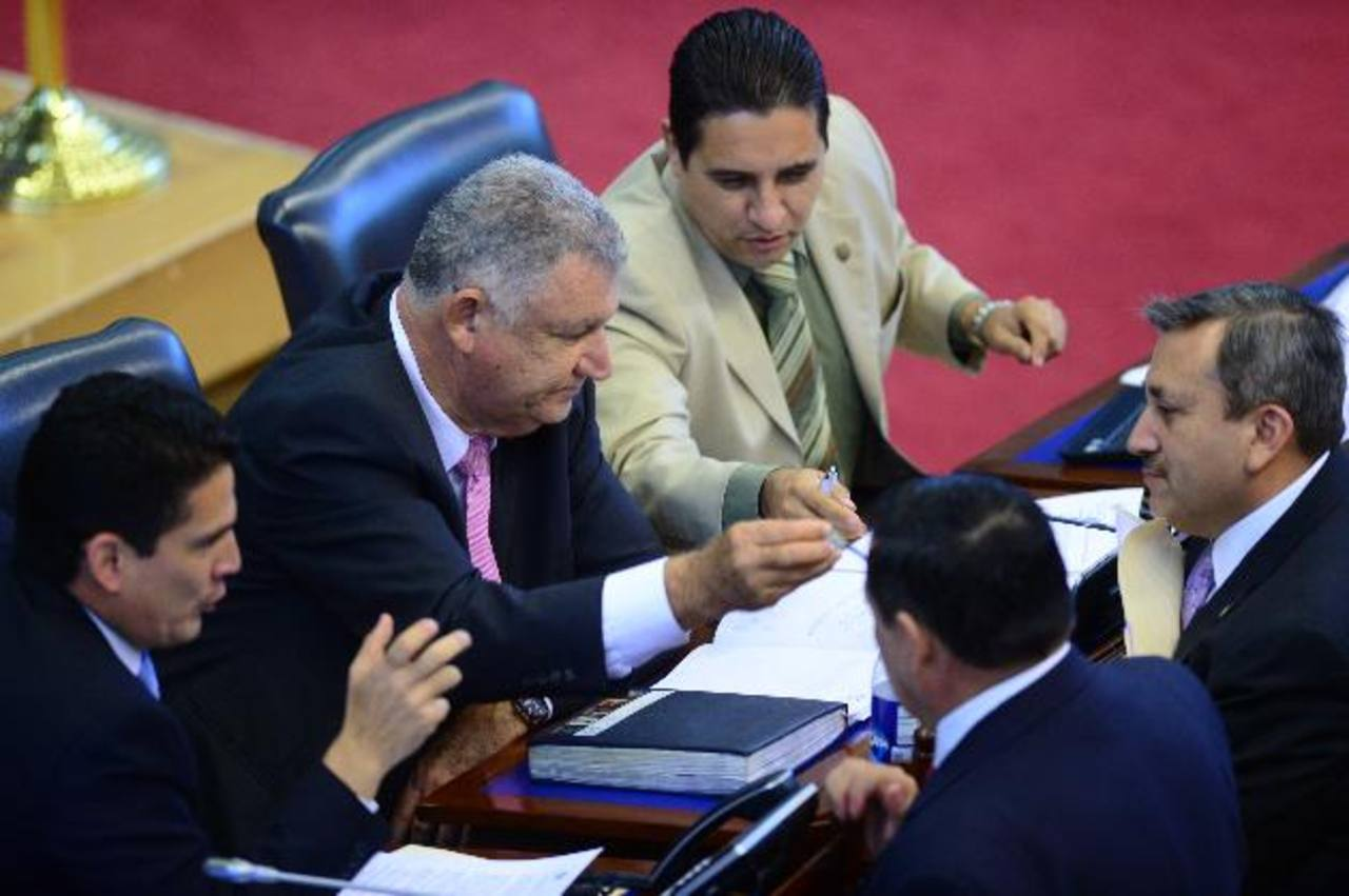 Roberto d'Aubuisson y Mario Marroquín debaten con Carlos Reyes, todos de ARENA sobre la CCR . foto edh / jorge reyes